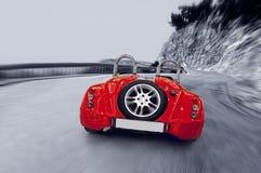 Sportcar vermelho da velocidade bonita na estrada imagem de stock royalty free