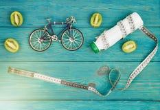 Sportconcept - fietsmodel, fles water, kiwi en centim Royalty-vrije Stock Foto