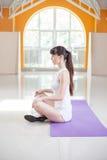 Sporteignungsfrau, die Yogaübungen tut Stockfotos