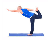 Sporteignungsmann, der Yogaübung tut Stockfotografie