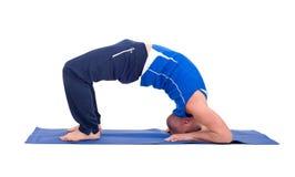 Sporteignungsmann, der Yogaübung tut Stockfotos
