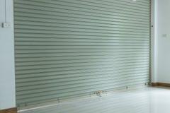 Sportello d'acciaio di alluminio del rullo del metallo nella costruzione del magazzino Fotografia Stock Libera da Diritti