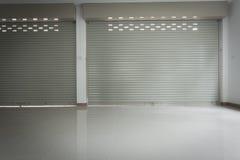 Sportello d'acciaio di alluminio del rullo del metallo nella costruzione del magazzino Fotografie Stock Libere da Diritti