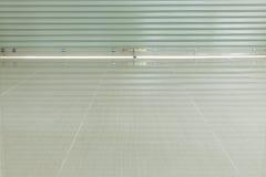 Sportello e pavimentazione in piastrelle d'acciaio di alluminio del rullo Fotografia Stock Libera da Diritti