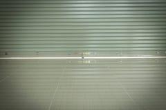 Sportello e pavimentazione in piastrelle d'acciaio di alluminio del rullo Immagini Stock