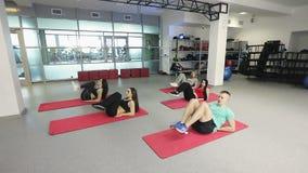Sporten die op gymnastiekmatten opleiden stock footage