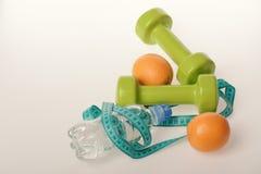 Sporten en gezond regime, exemplaarruimte Barbells dichtbij sappige sinaasappelen stock afbeeldingen