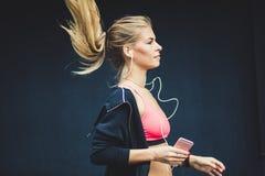 Sporten gör din kropp sund Rinnande unga kvinnor arkivbilder