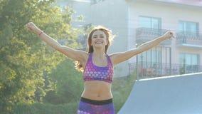 Sporten jong meisje die oefening voor flexibiliteit op de straat doen langzaam stock video