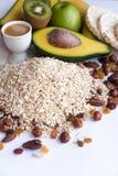 Sporten och bantar begrepp Ingredienser för sunda frukostfrukter, honung, muttrar och havremjöl på vit bakgrund arkivfoton