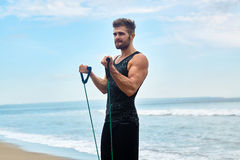 sporten Portret van de Mens die bij Strand tijdens Openluchttraining uitoefenen Stock Fotografie