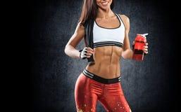sporten Vrouw bij de gymnastiek die het uitrekkende oefeningen en glimlachen doen stock foto's