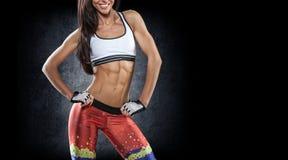 sporten Vrouw bij de gymnastiek die het uitrekkende oefeningen en glimlachen doen stock fotografie