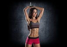 sporten Vrouw bij de gymnastiek die het uitrekkende oefeningen en glimlachen doen royalty-vrije stock foto