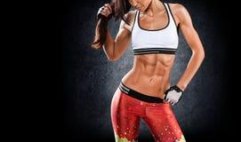 sporten Vrouw bij de gymnastiek die het uitrekkende oefeningen en glimlachen doen royalty-vrije stock fotografie