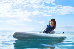 sporten Vrouw op Surfplank in Water De vakantie van de zomer Vrije tijd Ac Royalty-vrije Stock Foto's