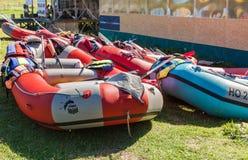 Sportencatamarans op de kust van Msta-rivier in de zomer zonnig DA Royalty-vrije Stock Foto's