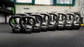 Sportendomoren in moderne sportclub Gewichtheffenmateriaal Stock Afbeeldingen