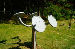 Sportenfaciliteiten, in het communautaire park, voor ingezetenen om fitness de diensten te verlenen stock afbeelding