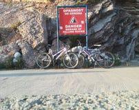 Sportenfietsen dichtbij de rotsen worden geparkeerd die stock afbeelding