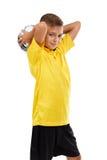 Sportenjong geitje op een witte achtergrond wordt geïsoleerd die Leuke jongen met een voetbalbal Jonge Voetbalster Actief kinderj royalty-vrije stock fotografie