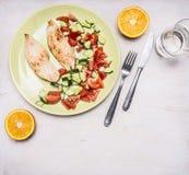 Sportenlunch, de borst van Turkije met verse salade, de plaats van dessertsinaasappelen voor tekst hoogste mening stock fotografie