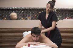 Sportenmassage Massagetherapeut die schouders van een mannetje masseren stock afbeeldingen