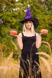 Sportenmeisje in Halloween-kostuum het praktizeren yoga Stock Foto