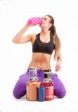 Sportenmeisje met blikken van een proteïne en een BCAA royalty-vrije stock foto's