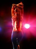 Sportenmeisje met domoren in fitness ruimte Royalty-vrije Stock Fotografie