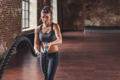 Sportenmeisje met een kabel in de zolder royalty-vrije stock foto's