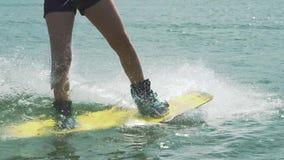 Sportenmeisje op Wakeboard stock video