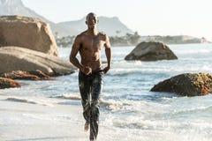 Sportenmens die in water lopen Stock Foto's
