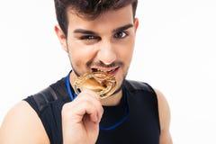 Sportenmens het bijten medaille Royalty-vrije Stock Foto's
