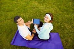 Sportenpaar die digitale tablet gebruiken Royalty-vrije Stock Foto