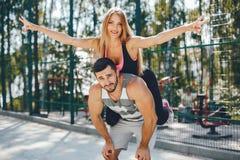 Sportenpaar in een park van de ochtendzomer stock foto's
