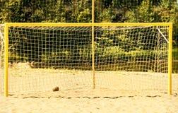 Sportenpoort met netwerk op zandig strand stock afbeelding