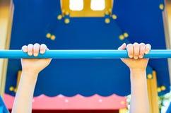 sportenrekstok voor kinderen in de openbare speelplaats, met kid& x27; s hand stock fotografie