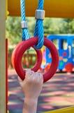 sportenringen voor kinderen in de openbare speelplaats, met kid& x27; s hand royalty-vrije stock foto