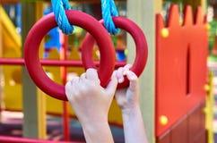 sportenringen voor kinderen in de openbare speelplaats, met kid& x27; s hand royalty-vrije stock fotografie