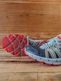 Sportenschoenen op houten achtergrond Stock Afbeeldingen