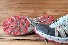 Sportenschoenen op houten lijst Royalty-vrije Stock Foto