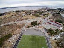Sportenstadion met kunstmatige gras luchtmening, hommelmening Stock Afbeeldingen