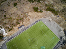 Sportenstadion met kunstmatige gras luchtmening, hommelmening Royalty-vrije Stock Afbeelding
