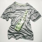 Sportent-shirt voor het aanstoten en opleiding in de gymnastiek, waarop een fles water met het meten van band, het concept een sp royalty-vrije stock afbeelding