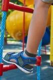 sportentouwladder voor kinderen in de openbare speelplaats, met kid& x27; s been stock foto's