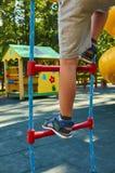 sportentouwladder voor kinderen in de openbare speelplaats, met kid& x27; s been stock fotografie
