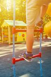 sportentouwladder voor kinderen in de openbare speelplaats, met kid& x27; s been, zonlichteffect royalty-vrije stock afbeeldingen