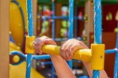 sportentouwladder voor kinderen in de openbare speelplaats, met kid& x27; s hand royalty-vrije stock afbeelding