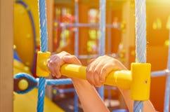 sportentouwladder voor kinderen in de openbare speelplaats, met kid& x27; s hand, zonlichteffect royalty-vrije stock foto